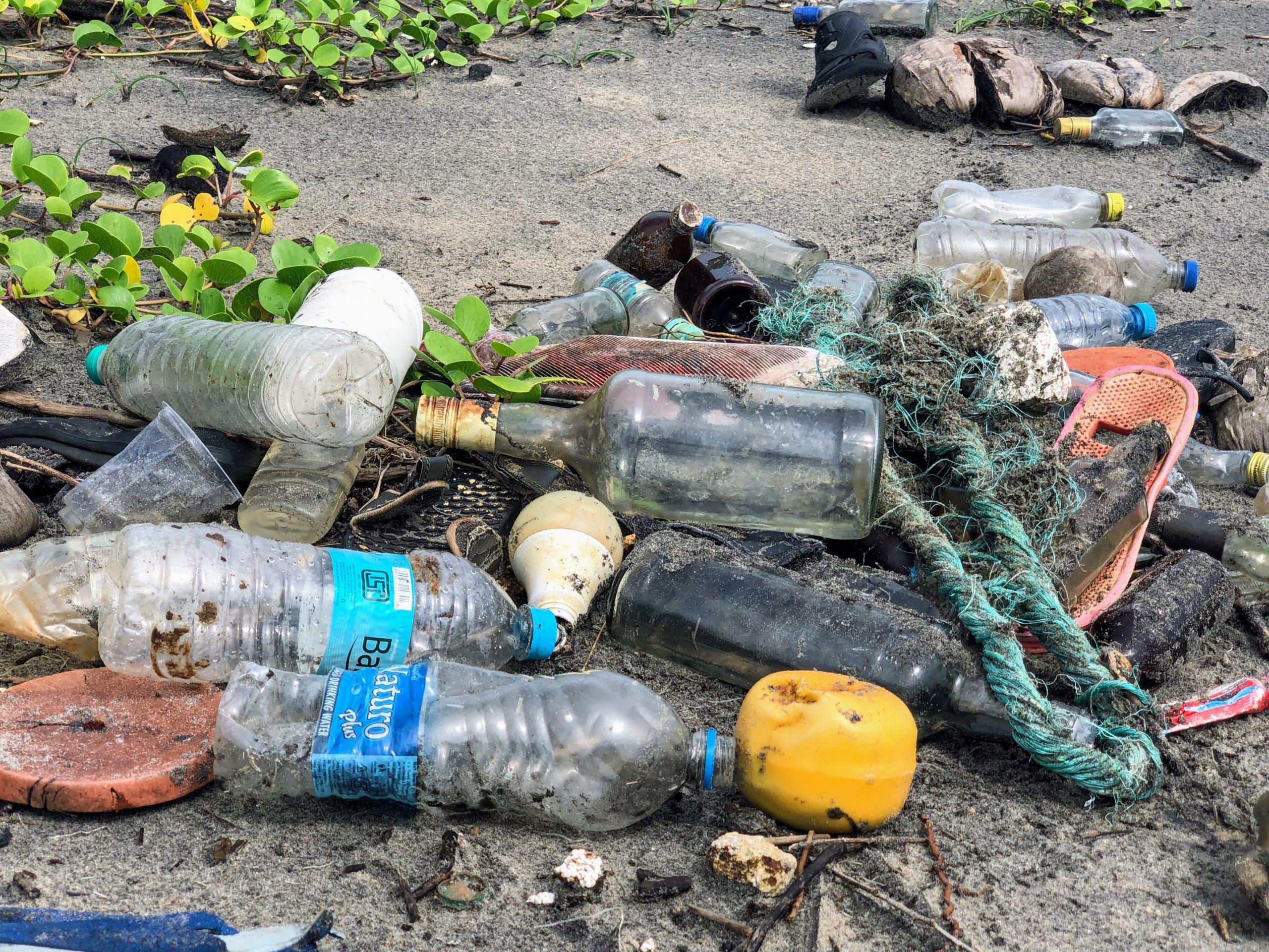 plastikmüll auf strand