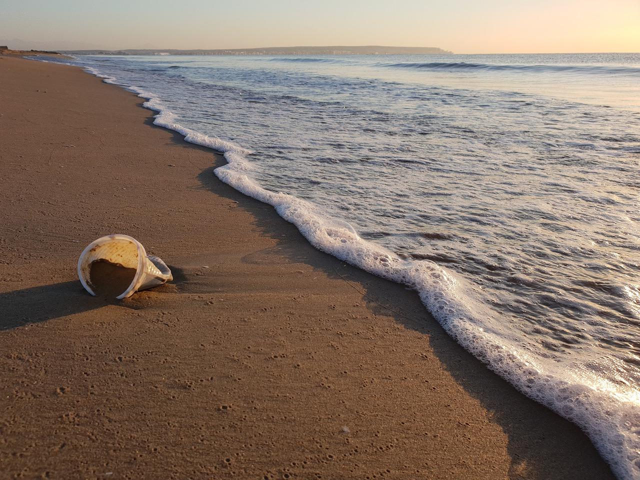 plastikbecher am strand